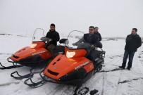 MEHMET NURİ ÇETİN - Kepçeyle Taşınan Hastalardan Etkilenen Kaymakam Kar Motoru Aldı