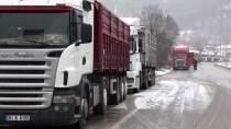 KAR KÜREME ARACI - Tokat-Sivas Karayolunda Kar Yağışı Ve Tipi Etkili Oluyor