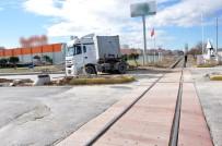 KİMYASAL MADDE - Tren Tıra Çarptı, Tonlarca Kimyasal Madde Yola Döküldü