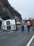 GİZLİ BUZLANMA - Yolcu Minibüsü Buzlu Yolda Devrildi Açıklaması 2 Yaralı