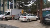 BİLECİK DEVLET HASTANESİ - Devlet Hastanesi Bahçesindeki Engeli Yerine Park Eden Araç Tepki Topladı
