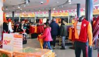 GALATASARAY BAŞKANı - Galatasaray Taraftarlarından 'Yellow Friday' Çılgınlığı