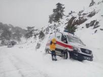 GENCEK - Yolda Mahsur Kalan Ambulansı Belediye Ekipleri Kurtardı