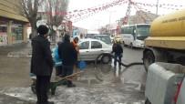 KAR TEMİZLEME - Çaldıran'da Kar Ve Kar Suyu Temizleme Çalışması