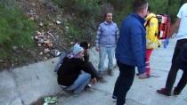 BAŞTÜRK - Antalya'da Kamyonet Refüje Çarptı Açıklaması 3 Yaralı