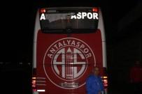 SAĞ VE SOL - Antalyaspor otobüsüne taşlı saldırı