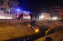 İZZET BAYSAL DEVLET HASTANESI - Kontrolden Çıkan Otomobil Su Kanalına Uçtu Açıklaması 2 Yaralı
