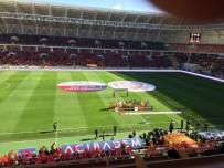 AY YıLDıZ - Maça Gelen Taraftara Türk Bayrağı Dağıtıldı