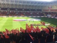 AY YıLDıZ - Seyircilere Türk Bayrağı Dağıtıldı