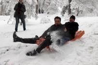 Yozgat'ta Gazeteciler Kızak Kayarak Stres Attı