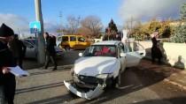 ALI GÖKÇE - Karaman'da 2 Otomobil Çarpıştı Açıklaması 5 Yaralı