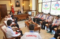 GÜMÜŞ MADALYA - Şampiyonlar Vali Arslantaş'ı Ziyaret Etti