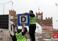 PARK YASAĞI - Erciş'te Trafik Levhaları Yenilendi