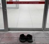 Hastaneyi Kirletmemek İçin Ayakkabılarını Çıkardı