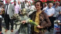 BRONZ HEYKEL - Atatürk'e Çiçek Veren Kızın Heykelindeki Kömürler Çalındı