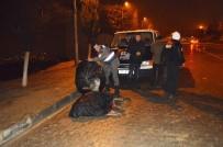 HAYVAN SEVGİSİ - Jandarma, Yaralı Eşek Islanmasın Diye Şemsiyeli Tuttu