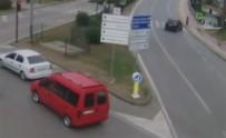 İLGİNÇ GÖRÜNTÜ - Kaldırımda Beklerken Otomobil Çaptı