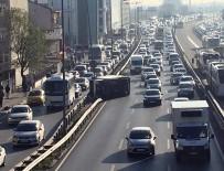 GÖRGÜ TANIĞI - Kamyonet Direğe Çarptı, Trafik Felç Oldu