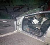 VİRANŞEHİR - Otomobil Traktöre Çarptı Açıklaması 2 Ölü, 3 Yaralı
