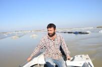 AFET BÖLGESİ - Sulara Gömülen Sera Altındaki Ürünlerine Tekne İle Ulaşabildiler