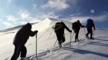Dağcılardan Zorlu Zirve Tırmanışı