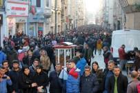 TAKSIM - Havanın Güzelliğini Fırsat Bilen Vatandaşlar Taksim Meydanı'na Akın Etti