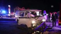 İZZET BAYSAL DEVLET HASTANESI - Minibüs Elektrik Direğine Çarptı Açıklaması 1 Ölü, 1 Yaralı