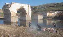 KARAYOLLARı GENEL MÜDÜRLÜĞÜ - Arabanlılar Şahin'den Tarihi Köprü Çevresine Aile Piknik Alanı İstiyor