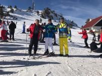 SAKARYA ÜNIVERSITESI - Başkan Dişli, SAÜ'lü Gençlerle Kartalkaya'da Kayak Yaptı