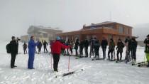Hakkari'de Öğrenciler Kayak Öğreniyor
