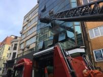 İTFAİYE MERDİVENİ - Karaköy'de İş Merkezinde Yangın Çıktı