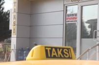 TAKSİ ŞOFÖRÜ - Taksi Durağına 'Telefonla Oynamayan Şoför' İlanı Astılar