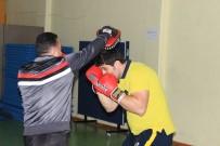 BOKS ELDİVENİ - Boks Şampiyonu Sahada Değil Asansörde Ter Döküyor