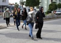 FUHUŞ - Fuhuş Şüphelilerin Yakınları Adliye Önünde Gazetecilere Saldırdı