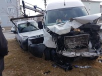 HAŞHAŞ - İki Araç Kavşakta Çarpıştı 4 Kişi Yaralandı