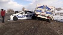 KAFKAS ÜNİVERSİTESİ - Kars'ta Kamyonet İle Minibüs Çarpıştı Açıklaması 3 Yaralı