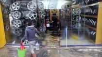 ONARIM ÇALIŞMASI - Şebeke Suyu Borusu Patladı, İş Yerlerini Su Bastı