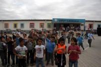 OKUL KIYAFETİ - Suriyeli Çocuklara Çanta Ve Kırtasiye Malzemesi Dağıtıldı
