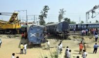 YOLCU TRENİ - Hindistan'da Tren Kazası Açıklaması 5 Ölü, 30 Yaralı