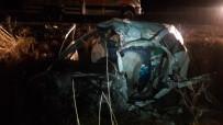 Otomobil Tırla Çarpıştı Açıklaması 2 Ölü, 1 Yaralı