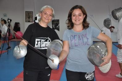 (Özel) Antrenörlüğünü Üstlendiği Şampiyon Kızıyla Manisalılara Eskrim Öğretiyor