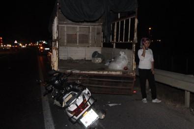 Motosiklet Sürücüsü, Lastik Değiştiren Kamyonete Çarptı Açıklaması 1 Ölü