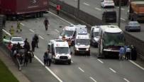 İLK MÜDAHALE - Pendik'te Tır İle Yolcu Otobüsü Çarpıştı Açıklaması Trafik Durdu