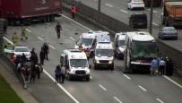İLK MÜDAHALE - Pendik'te Tır İle Yolcu Otobüsü Çarpıştı