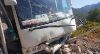 KURTARMA EKİBİ - Tur Midibüsü Kayalıklara Çarptı Açıklaması 28 Yaralı