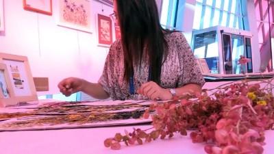 Kitap Arasında Kuruttuğu Yapraklar Sanatçı Yaptı