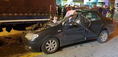 Otomobil Tırın Altına Girdi Açıklaması 1 Ölü, 1 Yaralı