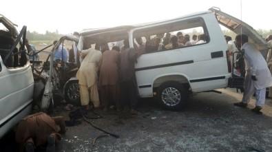 Pakistan'da Trafik Kazası Açıklaması 7 Ölü, 10 Yaralı