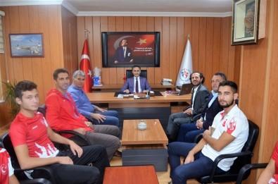 Şampiyon Triatloncular Müdür Arıcıoğlu'nu Ziyaret Etti