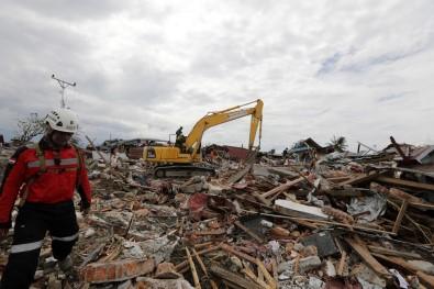 Yaklaşık 2 bin kişinin öldüğü depremden geriye kalanlar